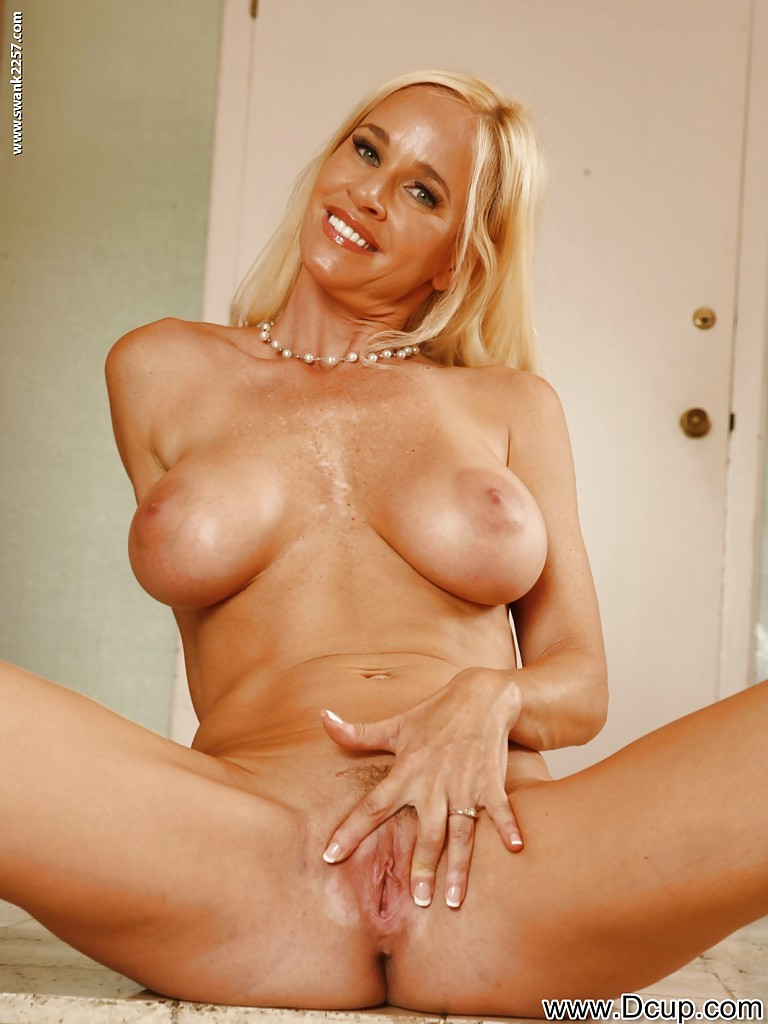 Voluptuous milf in glasses totally tabitha stripping and spreading